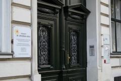 Eingang zum Stiegenhaus der Ordination Dr. Christian Otrel